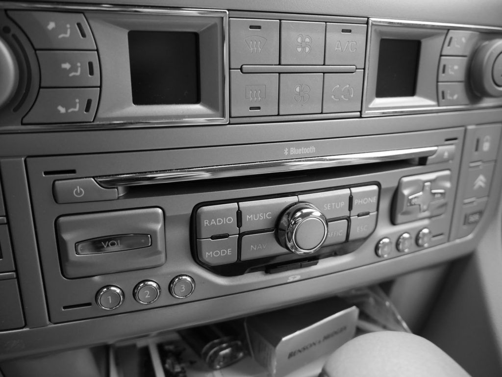 Autoradio: aprende a cambiar la radio del coche